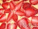 Рецепта Вкусен ягодов чийзкейк с крема сирене Филаделфия, канела и ванилия (с желатин, без печене)